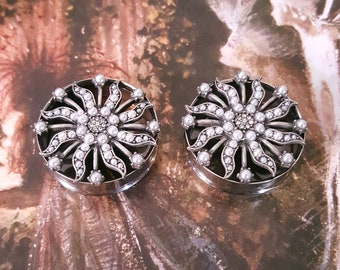 "Silver Pearl and Metal Sun Plugs 1 & 1/8"" 28.5mm, 1 1/8"" 28.5mm, 1 3/16"" 30mm, 1 1/4"" 31.7mm, 1 5/16"" 33.3mm, 1 3/8"" 35mm, 1 7/16"" 36.5mm"