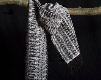 Shawl, wol , handgeweven en ongeverfd. Natuurlijke bruine en witte wol 197 x 35 cm.