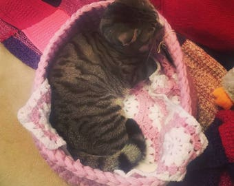 Cosy Cat Bed / Hand Made / Small Pet Bed / Crocheted Bed For Small Pet / Bed For Cat / Bed For Dog / Chunky Yarn Bed / Storage Basket