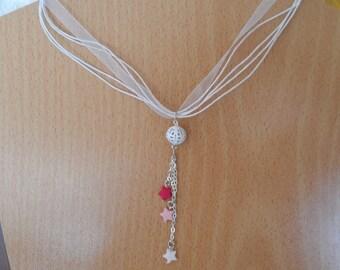 Collier en organza blanc, perle ajourée et étoiles