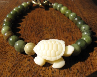 La Petite Tortue - Gorgeous genuine light Canadian Nephrite Jade bracelet with small carved turtle focal bead