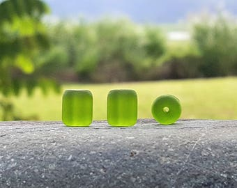 17 Perles baril nugget sea glass, perles verre recyclé, olive, 10X8 mm