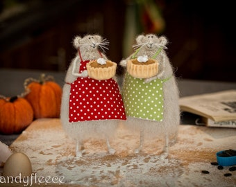 Knitted mouse figurine with pumpkin pie, wool rat art toy, Stuffed animal, Fall Harvest mouse decoration, Thanksgiving gift, Autumn ornament