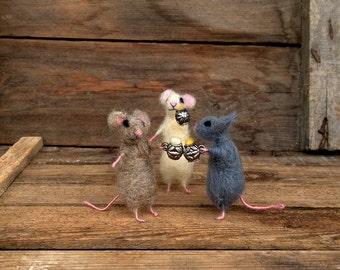 Felt Miniature animals Mice drinking beer Mini party animal Waldorf doll Needle felt animal Collectible Dollhouse Mini Woolen white mouse