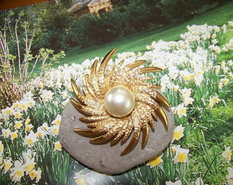 Vintage Sunburst Swirl Brooch, 1980's brooch, Large Sunburst Brooch with Faux Pearl, Gift for her, 1980's