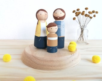 Personalized family portraits / family in personalized wood / personalized figures.