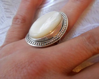 silver ring decorated with natural Pearl / T59