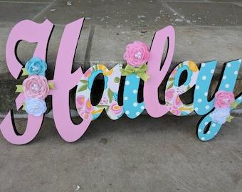 Peint Floral signe - pépinière mur lettres nom signe - murale en bois lettres Style cursif lettre nom avec des fleurs à la main personnalisé pour enfant