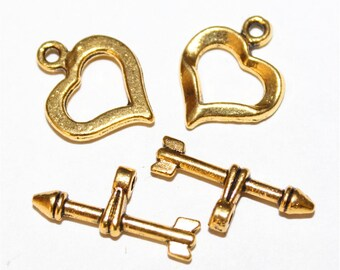4 toggle clasps shaped heart and arrow in gold tone
