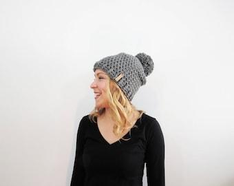 Chapeau de Pom Pom gris. Chunky Pom Pom Beanie. Bonnet gris. Femmes Pom Pom chapeau. Chapeau d'hiver femmes. Chapeau gris fait au Crochet. Bonnet en crochet.
