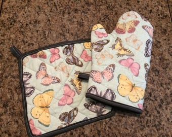 Multicolored butterfly insulated/quilted oven mitt and pot holder set