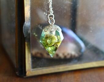 Collier forme diamant résine pierre verte olivine
