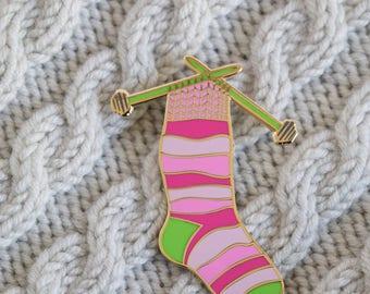 Stricknadeln Pin, Socke Emaille-Pin, stricken, Emaille, crafty Emaille-Pin, Garn-Emaille-Pin, harte Emaille Pin, das Anstecknadel, Stift Abzeichen PINK