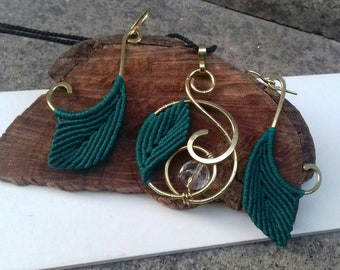 """Set """"Elven"""" pendant and earrings in brass with leaf in handcrafted macramé"""