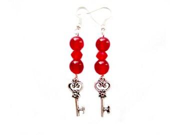 Boucle d'oreilles pendantes perles cristal de swarovski perles façon œil de chat résine rouge breloque clé
