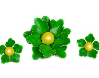 1960s Green & Yellow Enamel on Metal Dimensional Hippie Boho Chic Flower Floral Vintage Demi Parure Pin Brooch Clip On Earrings Set