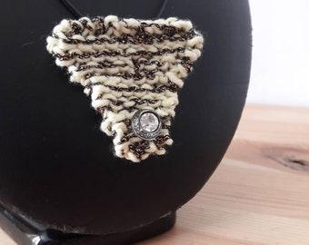 Collier pendentif en tricot, chiné or et crème
