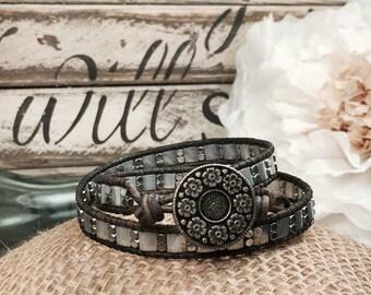 En argent Bracelet de fleur, fleur Vintage Bracelet en cuir, femme Bracelet de perles de Bohème, cadeau d'anniversaire pour elle