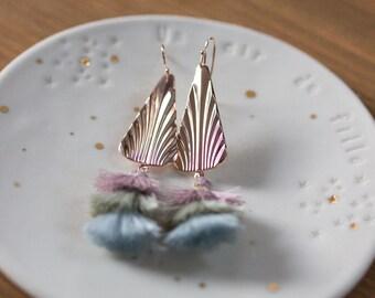 Boucles d'oreilles triangles pompons rose dorées