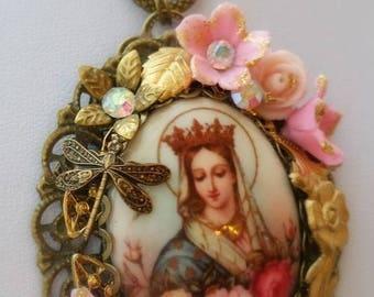 """Pendentif romantique """"Vierge couronnée """" velours pastel"""