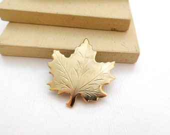Retro Vintage Small Yellow Gold Tone Etched Maple Leaf Brooch Pin N15