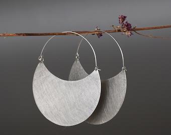 Aros grandes de plata en forma de luna, pendientes echos en plata de ley con textura rayada, aros étnicos de estilo africano