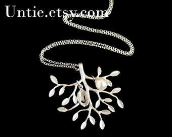 Beautiful Tree of life necklace with pearl and initial leaf - SILVER, family initials necklace, personalized gift, Mom's necklace sweet gift