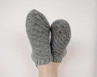 Women's short wool socks with a pattern