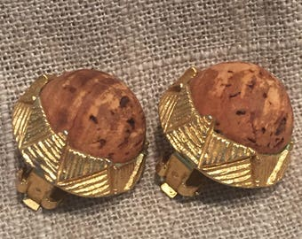 Vintage Mode Art cork and gold tone round clip earrings. Great mid century cork earrings !