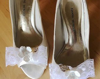 Bridal Shoe Clips, Bow Shoe Clips, Ivory Lace Flower Shoe Clips, Wedding Shoe Clips, Bridesmaid Shoe Clips, Vintage Lace Shoe Clips