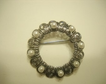 Silver Tone & Faux Pearl Circle Brooch (3276)