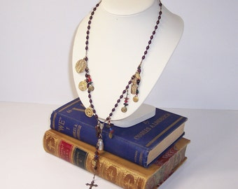 Croix, bijoux faits main, réutiliser, Upcycle de perles de charme long collier avec boucles pendantes de pièces de monnaie