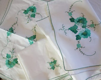 8 matching  vintage applique napkins 8 placemats and runner