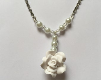 White flowers ornament, necklace and earrings ref 795