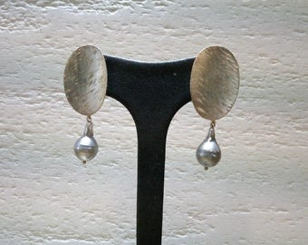 Earrings yellow gold natural grey pearls in lobe