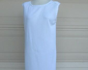 Vintage 70s Pleated Shift Dress . White Sheath Dress . Large