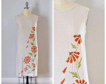Vintage Dress / 60s Dress / Vintage 60s Dress / Shift Dress / Embroidered Dress / Sleeveless Dress / Summer Dress / Beige / Size Extra Small