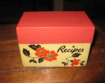 """MID CENTURY 1940s-1950s Metal Recipe Box Red Orange Top & Bottom Cream Background With Orange Red Flowers In Middle Of Box 5 1/4"""" x 3"""" x 4"""""""