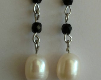 Black earrings with Cultured pearls