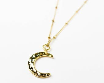 Luna III – Pearl necklace with Crescent