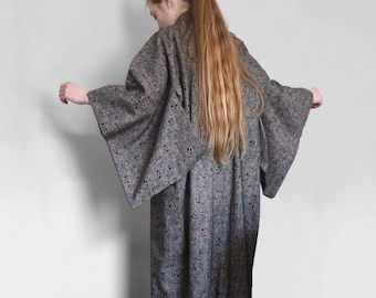 Vintage wool kimono/ dressing gown. Floral green, peach-pink, black leaves berries. Women/unisex. One size