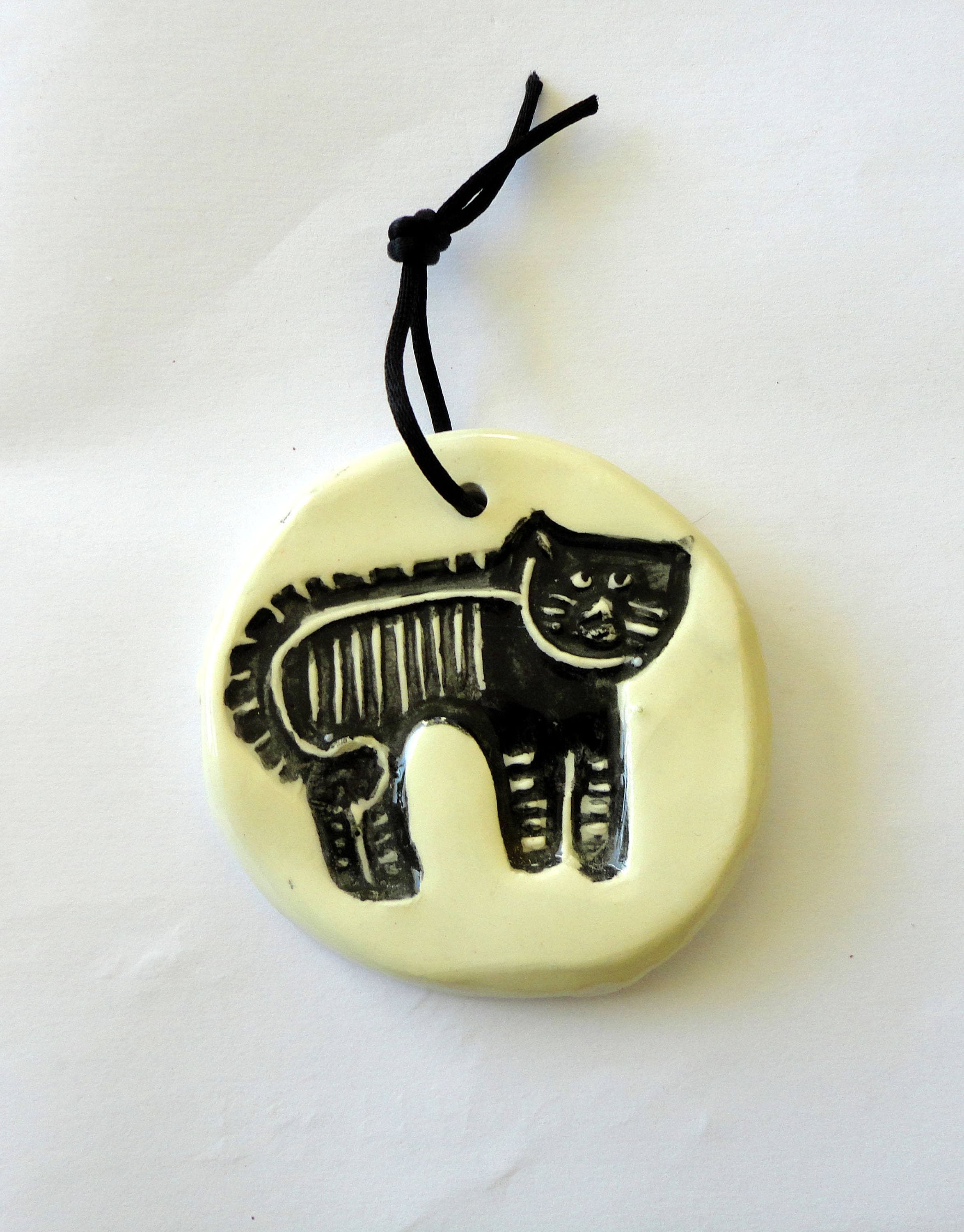ceramic decorated with a tabby cat hollow-wall decor plaque
