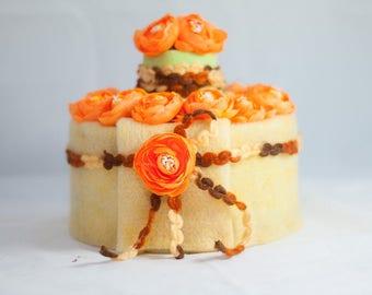 Kuchen mit orange farbenen Camelien