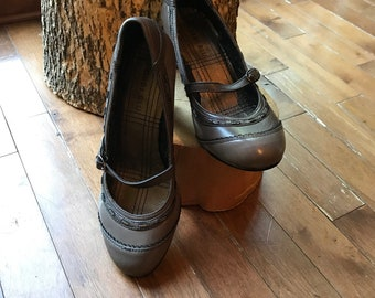 Mary janes - shoe - shoes - leather - grey - Bobbi Blu - 90s - size 7 1/2 inner soles 9 1/4 inches - heel 2 1/2 inches