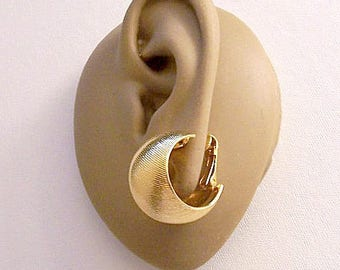 Avon Florentine Brushed Hoops Clip On Earrings Gold Tone Vintage Satin Ribbons Fine Slant Lined Wide Curved Band