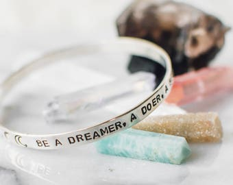 Be a dreamer. Inspirational quote bangle. Inspirational gift. Bangle with moon phases. Moon phase jewelry. Inspirational bracelet. BS004