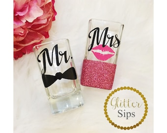 Mr. and Mrs. Shot Glass Set / His & Hers / Shot Glass // Glitter Glass // Wedding Gift // Engagement Gift // Bachelorette // Anniversary