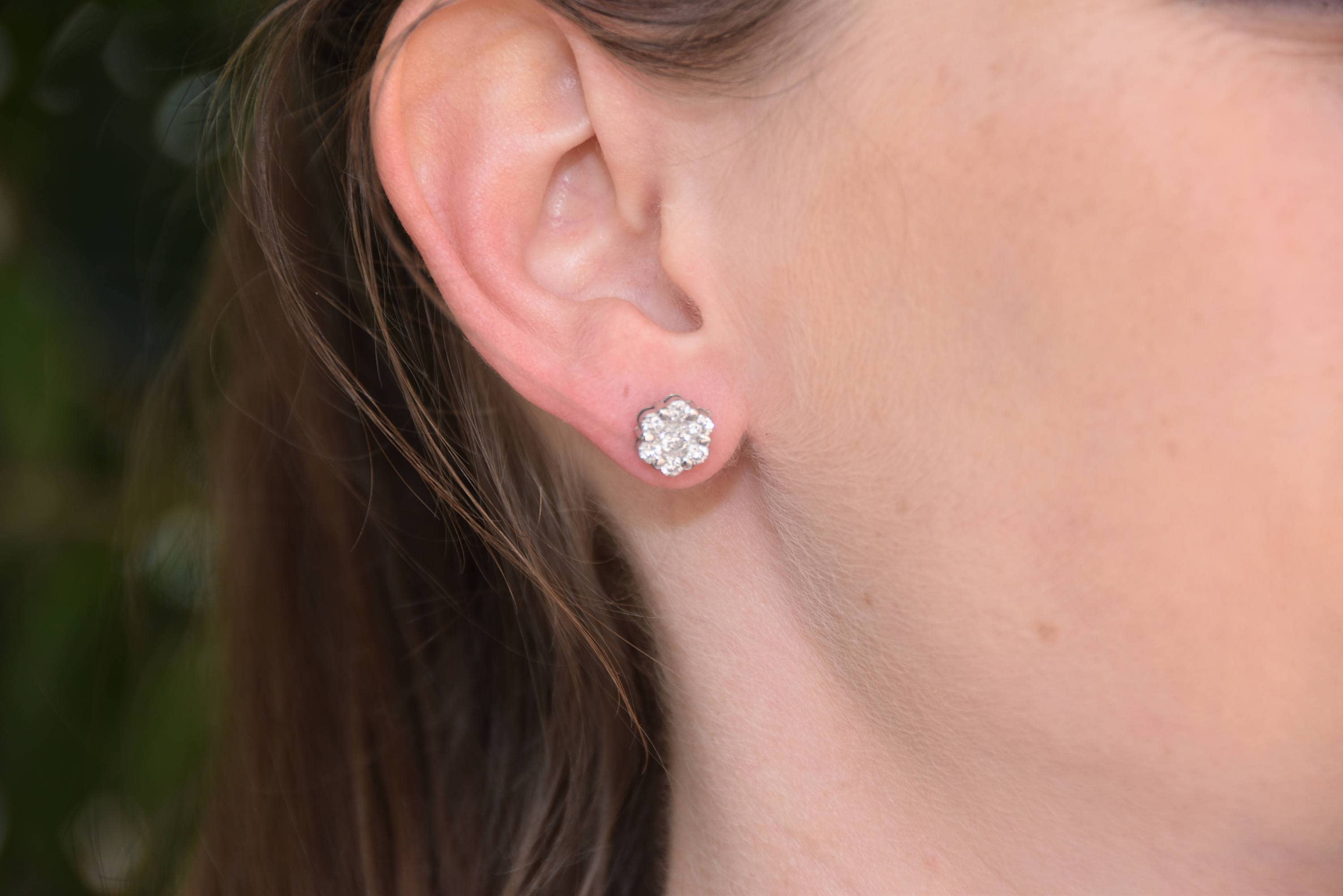 solitaire white stud diamond round brilliant earrings gold