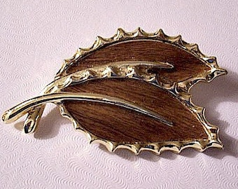Sarah Coventry Brown Wood Double Leaf Pin Brooch Gold Tone Vintage Scallop Crimped Edges Curved Long Stems