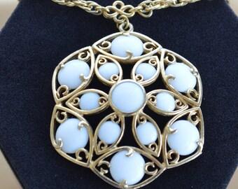 "Pretty Vintage White Beaded Pendant Necklace, Gold tone, 19"" (AC7)"